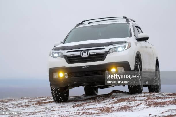 ホンダリッジラインは雪のバットの上に - honda ストックフォトと画像