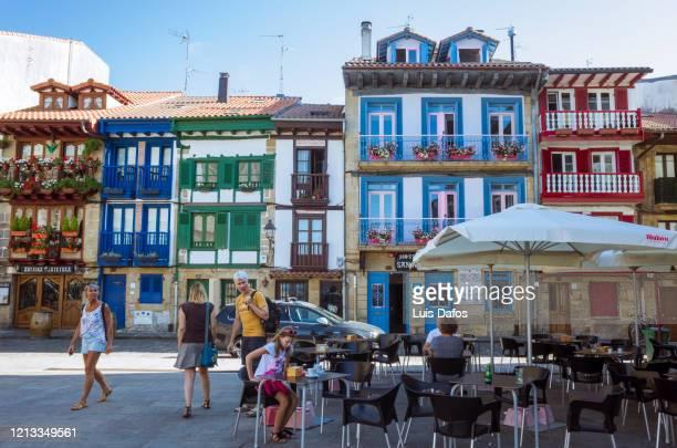 hondarribia, sidewalk cafe in plaza de armas main square - オンダリビア ストックフォトと画像