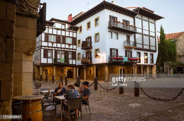 hondarribia, sidewalk cafe in the old town - オンダリビア ストックフォトと画像