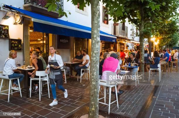 hondarribia, sidewalk cafe - オンダリビア ストックフォトと画像