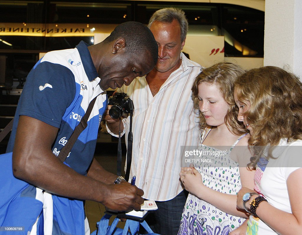 Hondouras national football team player Hendry Thomas signs autographs on his arrival at the team hotel on May 25, 2010 in Troepolach some 420 kilometers south west from Vienna for training ahead of the FIFA World Cup 2010 to be held in South Africa.