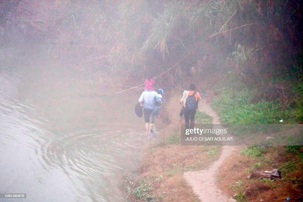 TOPSHOT-MEXICO-US-HONDURAS-BORDER-MIGRATION : News Photo