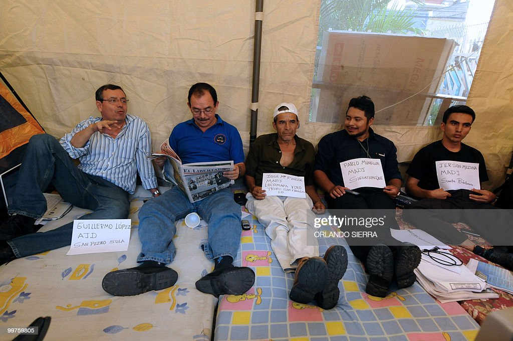 Honduran judges Guillermo Lopez and Luis Alonso Chevez, next to Jose Pineda, Pablo Munguia and Jerson Medina, all members of the Movimiento Amplio por la Dignidad y la Justica (Broad Movement for Dignity and Justice) sit as they start a hunger strike in Plaza La Merced in Tegucigalpa, on May 17, 2010. Both judges demand their reinstatement after being dismissed --along with Ramon Enrique Barrios and Tirza del Carmen Flores--for condemning the coup d'etat of last June 28, which toppled then Honduran President Manuel Zelaya. AFP PHOTO/Orlando SIERRA