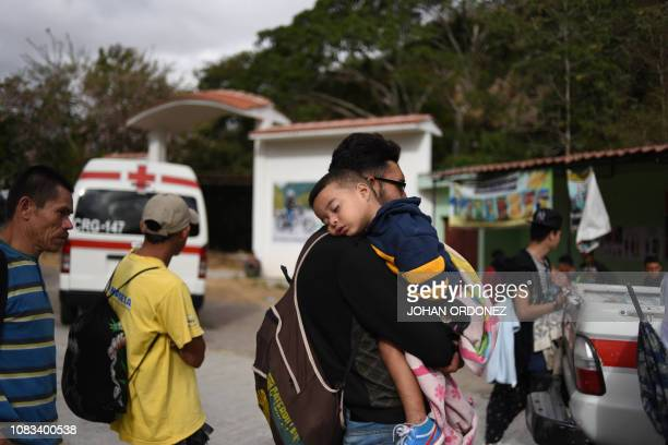Honduran migrants continue to head to the United States with a second caravan after reaching an agreement with the Guatemalan police in Agua Caliente...
