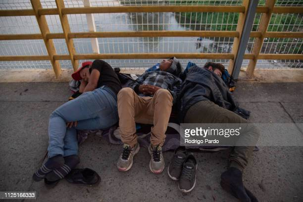 honduran migrants waking up at dawn on the international bridge rodolfo robles - central america stock pictures, royalty-free photos & images