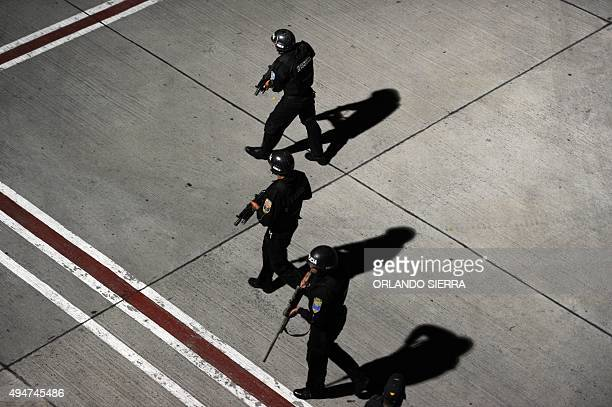Honduran policemen take part in a kidnap drill at the Toncontin international airport in Tegucigalpa on October 28 2015 AFP PHOTO / ORLANDO SIERRA