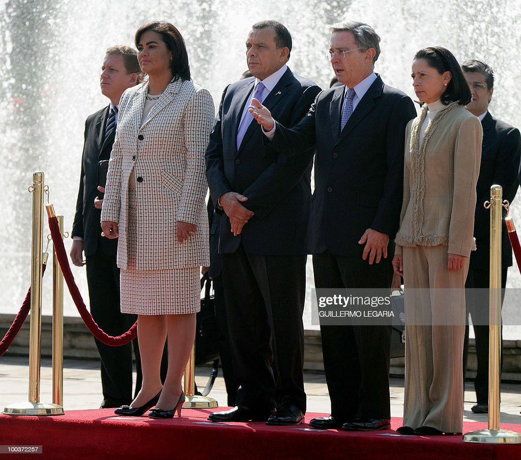 Honduran President Porfirio Lobo (2nd-L) and his wife Rosa Elena de Lobo (L) attend a welcoming ceremony with Colombian President Alvaro Uribe (2nd-R) and his wife Lina Moreno (R) at Narino Palace in Bogota on May 24, 2010. Lobo is on a two-day official visit. AFP PHOTO/Guillermo Legaria