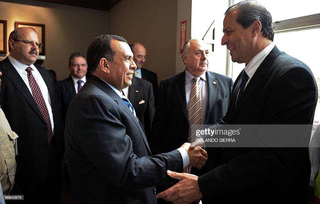 Honduran President Porfirio Lobo (L) sha : News Photo