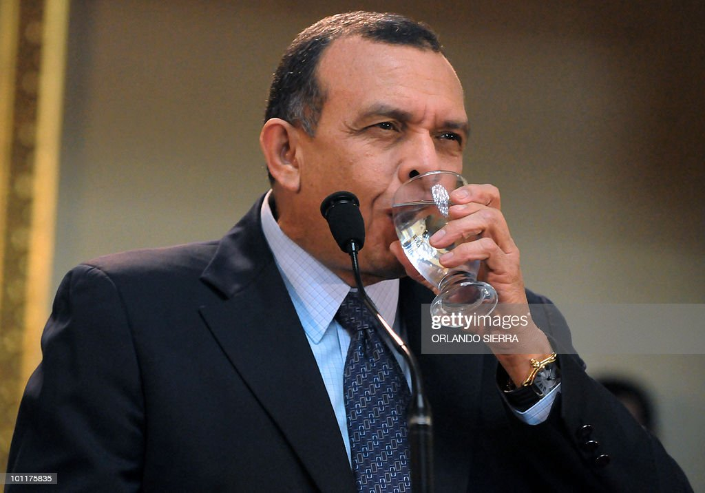 Honduran President, Porfirio Lobo Sosa, driks water during a press conference, in Tegucigalpa, on May 27, 2010. Lobo assured he will make everything possible for the National Front of Popular Resistance, which emerged against the ouster of Honduran President Manuel Zelaya, to be a political party. AFP PHOTO/Orlando SIERRA