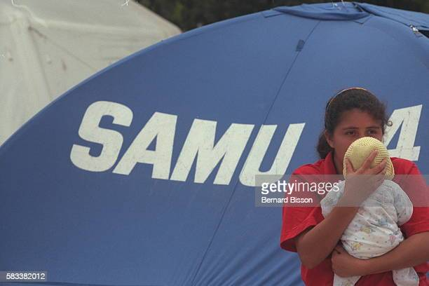 A Honduran with her child who came to get assistan ce from the French SAMU medical teams
