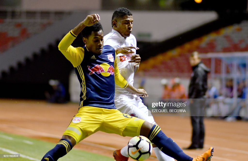 FBL-CONCACAF-OLIMPIA-NEW-YORK-RED-BULLS : News Photo