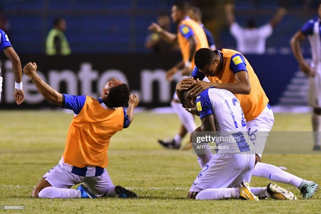 Honduras' Romell Quioto (R) celebrates with teammates after scoring against Mexico during their 2018 World Cup qualifier football match, which they won, in San Pedro Sula, Honduras, on October 10, 2017. /