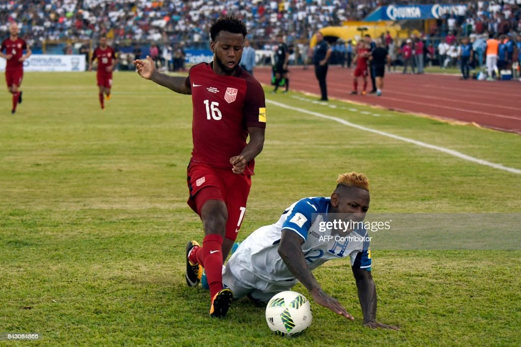 Honduras' Romell Quioto (R) falls next to USA's Kellyn Acosta during their 2018 World Cup qualifier football match in San Pedro Sula, Honduras, on September 5, 2017. / AFP PHOTO / Johan ORDONEZ