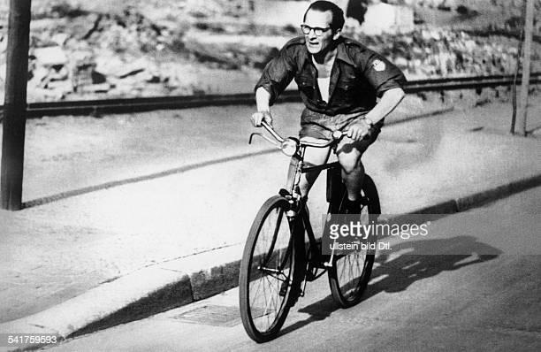 Honecker Erich *Politiker SED DDRErster Sekretär des ZK der SED 19711989 Staatsratsvorsitzender 19761989im FDJHemd auf einem Fahrrad 50er Jahre
