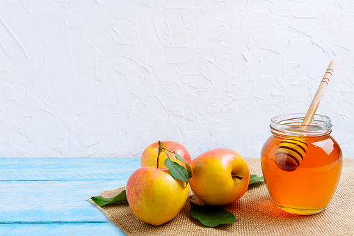 Honey jar with and apples copy space 845914526