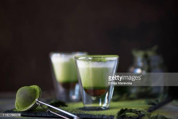 honey matcha latte - koffie drank stockfoto's en -beelden