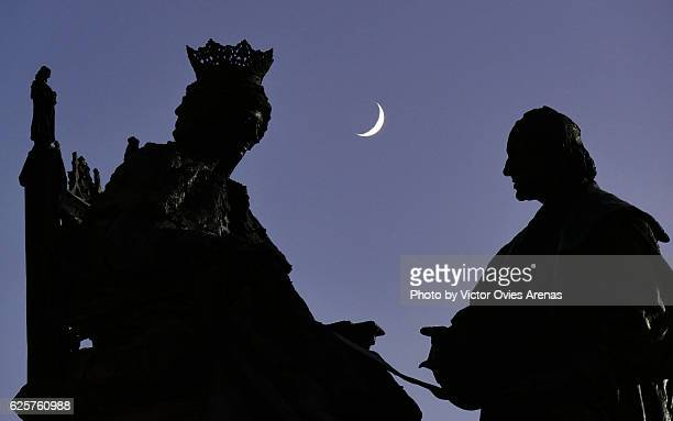 honey moon. crescent moon behind the monument for queen isabella and columbus in granada, andalusia, spain - victor ovies fotografías e imágenes de stock