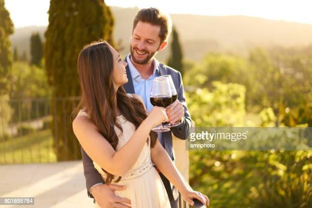 huwelijksreis paar met wijnglazen op terras
