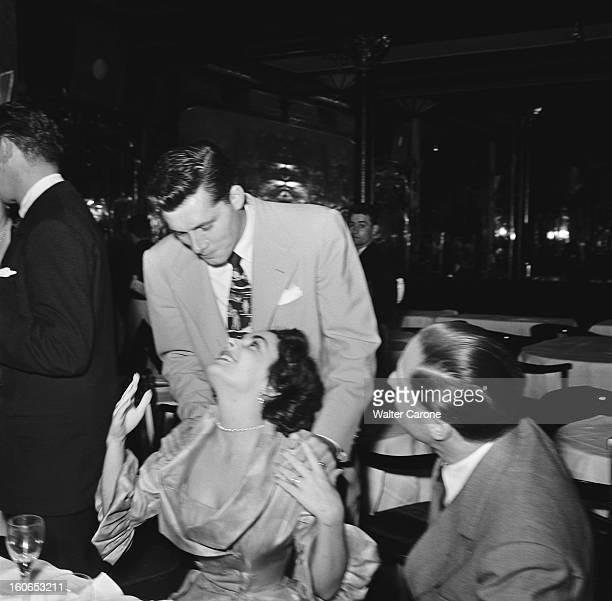 Honeymoon In Paris For Elizabeth Taylor And Her Husband Conrad Hilton Dîner donné par Elsa MAXWELL chez MAXIM'S à PARIS en l'honneur d'Elizabeth...