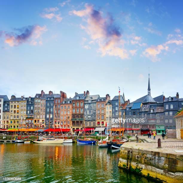 haven honfleur, frankrijk - haute normandie stockfoto's en -beelden