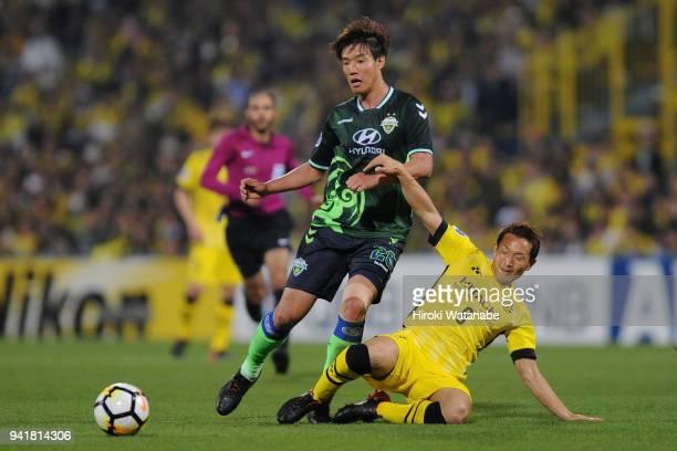Hong Jeongho of Jeonbuk Hyundai Motors is tackled by Kei Koizumi of Kashiwa Reysol during the AFC Champions League Group E match between Kashiwa...