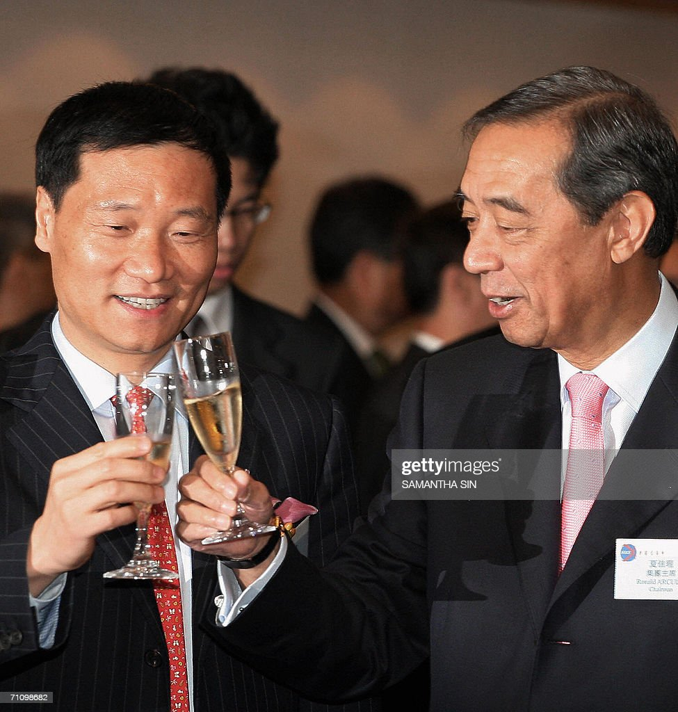 Bank of China chairman, Xiao Gang (L), a : Nieuwsfoto's