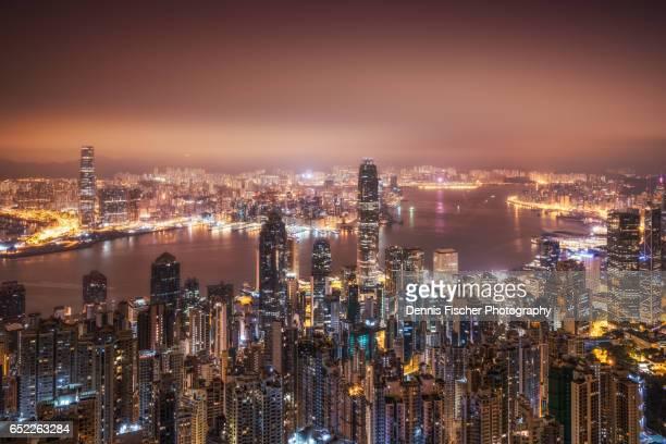 hong kong city view before sunrise - victoria harbour hong kong stockfoto's en -beelden