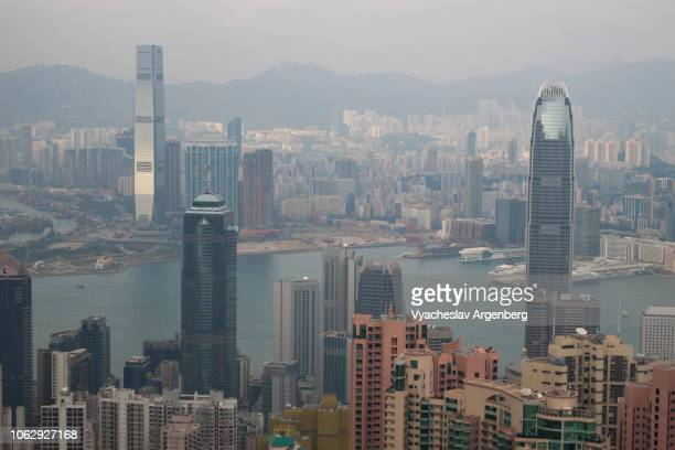 hong kong cityscape and victoria harbor late in the evening - argenberg stock-fotos und bilder