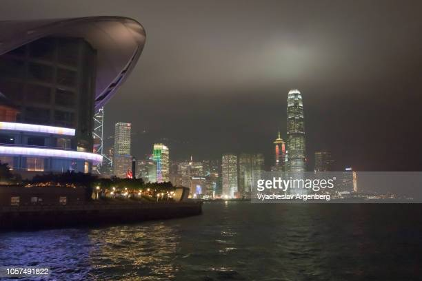 hong kong, futuristic architecture, light from within the city, victoria harbour - argenberg stock-fotos und bilder