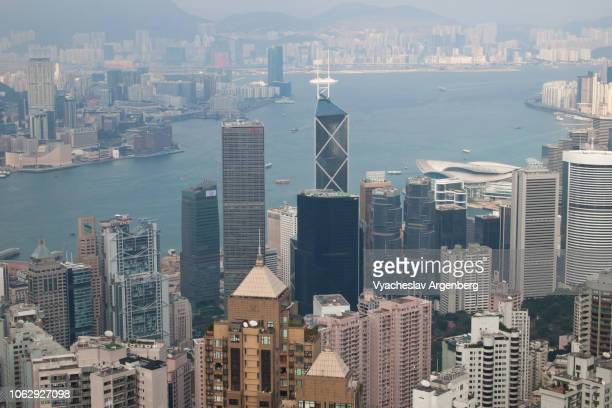 hong kong futuristic panorama of skyscrapers and victoria harbor - argenberg stock-fotos und bilder