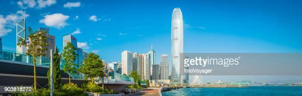 glimmende wolkenkrabbers hong kong schijnt met uitzicht op victoria harbour panorama china - victoria harbour hong kong stockfoto's en -beelden