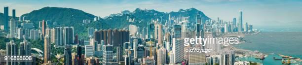 Panorama aéreo de Hong Kong harbour sobre paisaje urbano lleno de rascacielos China