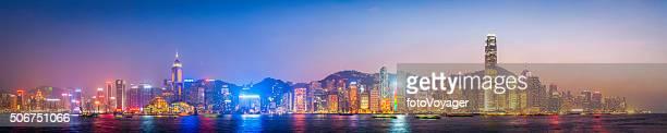 Arranha-céu futurista de porto de Hong Kong panorama de paisagem urbana ao pôr do sol, China