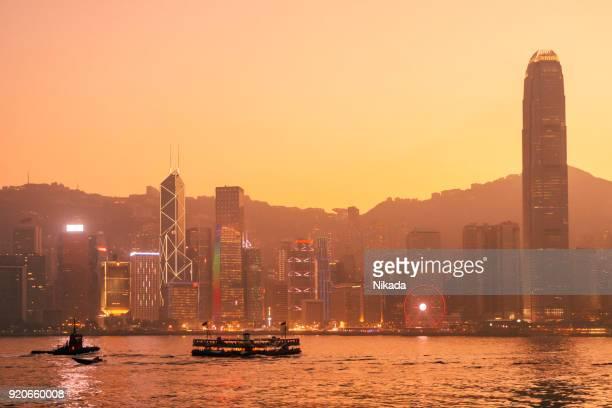 Hong Kong Hafen-Skyline in der Abenddämmerung