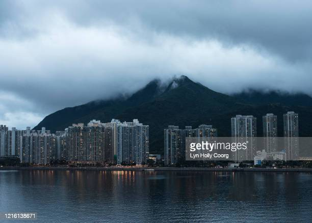 hong kong high-rise skyline with mountains and clouds - lyn holly coorg photos et images de collection