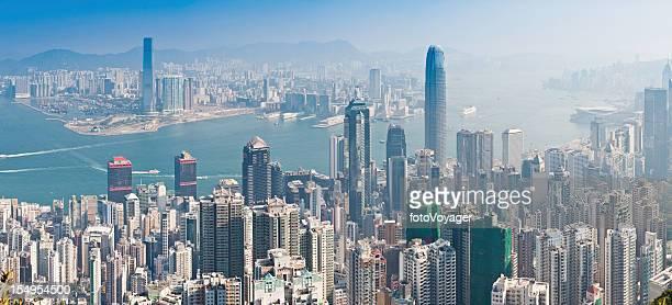香港の街を代表する超高層ハーバーのパノラマに広がる街の混雑中国 - 上環 ストックフォトと画像