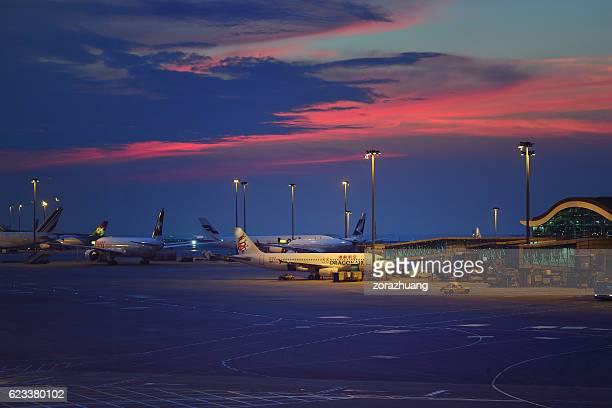 hong kong international airport parking apron - hong kong international airport stock photos and pictures