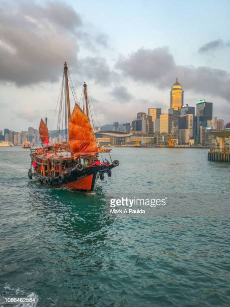 hong kong junk boat - hong kong victoria harbour stock pictures, royalty-free photos & images