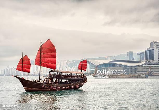 hong kong junk boat - victoria harbour hong kong stockfoto's en -beelden