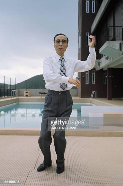 Hong Kong Movies By The Shaw Brothers HongKong décembre 1973 Devant une piscine le producteur de cinéma RunRun SHAW exécute des gestes d'un art...