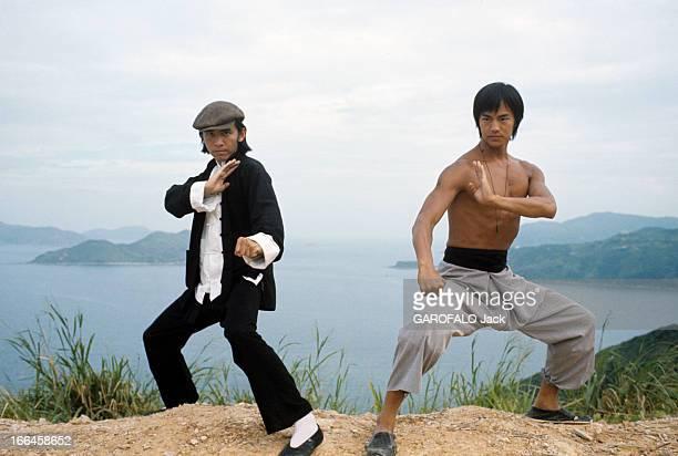 Hong Kong Movies By The Shaw Brothers HongKong décembre 1973 L'acteur David CHANG coiffé d'une casquette aux côtés de l'acteur TILUNG torse nu...