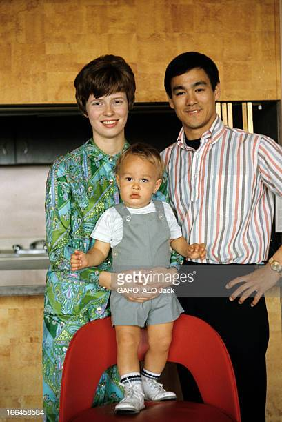 Hong Kong Movies By The Shaw Brothers HongKong décembre 1973 Portrait de l'acteur Bruce LEE souriant en compagnie de son épouse Linda LEE CADWELL...