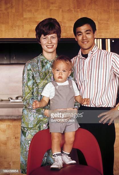 Hong Kong Movies By The Shaw Brothers. Hong-Kong - décembre 1973 - Portrait de l'acteur Bruce LEE souriant, en compagnie de son épouse Linda LEE...