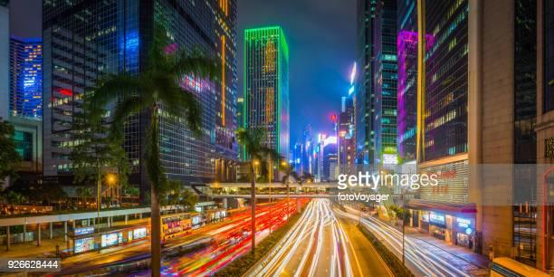 Panorama de las carreteras de Hong Kong neón la noche ciudad futurista rascacielos China