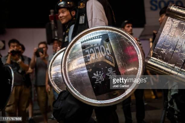 帶防暴盾牌的香港員警 - hong kong police 個照片及圖片檔