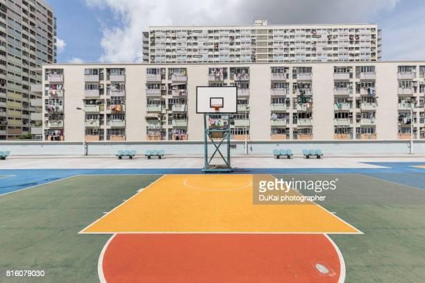 hong kong rainbow village basketball court - courtyard - fotografias e filmes do acervo