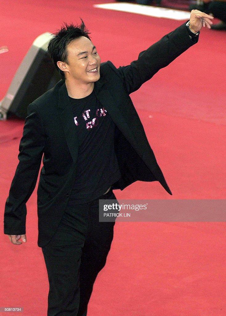 Hong Kong singer, Eason, waves to the cr : News Photo