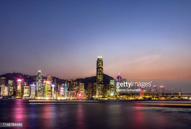 hong kong skyline at dusk - bernd schunack stockfoto's en -beelden