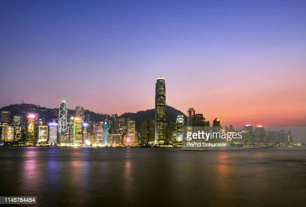 hong kong skyline at dusk - bernd schunack stock pictures, royalty-free photos & images