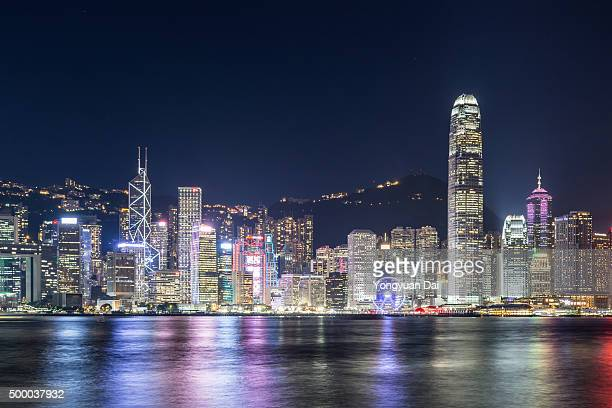 hong kong skyline at night - hong kong victoria harbour stock pictures, royalty-free photos & images